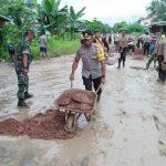 Prihatin Kondisi Jalan Rusak, Kapolres Sanggau Beserta Forkompimcam Mukok Timbun Jalan Berlumpur