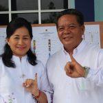 Ditemani Istri, Bupati Sanggau Nyoblos di TPS 09 Imigrasi Kls II B