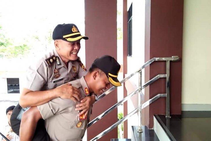 Kapolres Sanggau gendong anggotanya purna tugas
