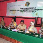 Kepala BPN Sanggau Yuliana, SH, M.Eng Memberikan Penyuluhan Tentang Redistribusi TORA Kepada Masyarakat Desa Mandong