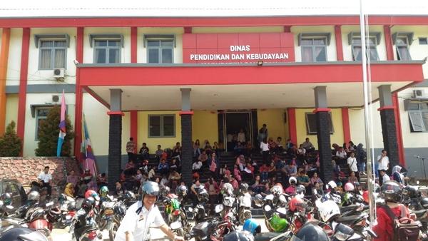 Ribuan pelamar guru kontrak memadati halaman Dinas Pendidikan dan Kebudayaan