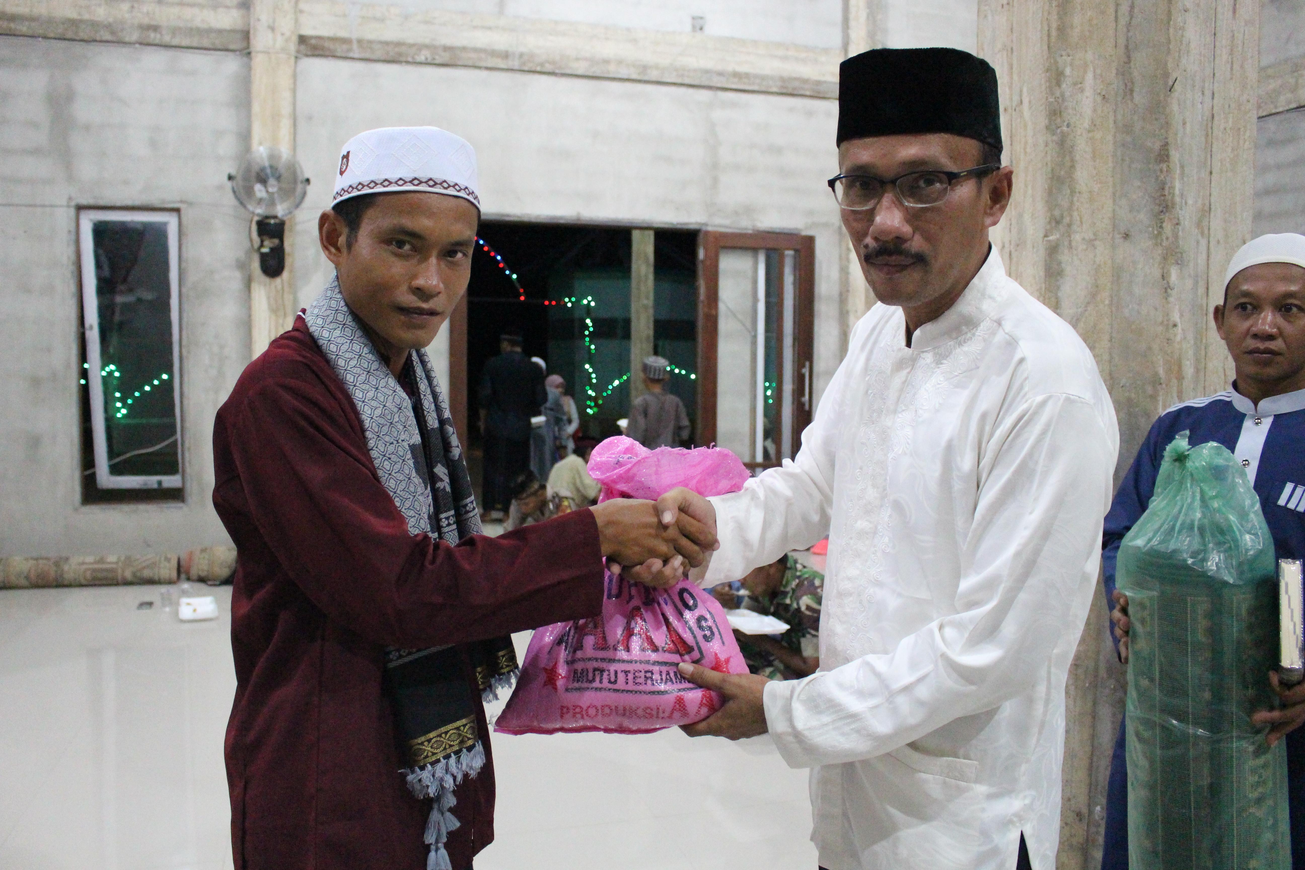 Safari Ramadhan, Pemkab Sanggau Berikan Bansos Berupa Beras Sebanyak 1,5 Ton Kepada Masyarakat Desa Melugai