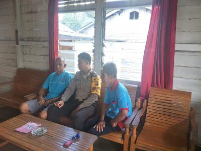 Sambangi Ketua Pemuda Dayak Kecamatan Toba Bhabinkamtibmas Berikan Pesan Kamtibmas
