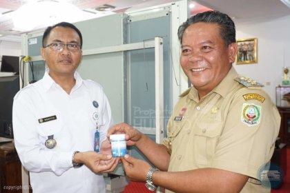 POTO : Bupati Sanggau Paolus Hadi serta Kepala OPD Kabupaten Sanggau melakukan tes urine dalam rangka Hari Anti Narkoba Internasional oleh BNN Kabupaten Sanggau tadi pagi, Selasa (25/6/19). sumber : humas pemkab sanggau