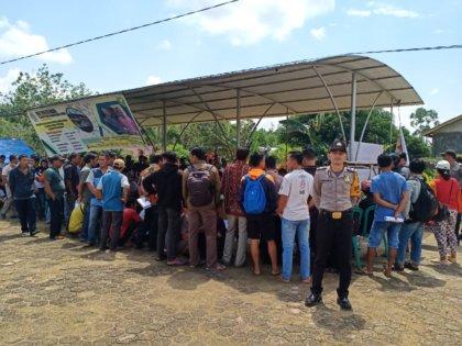Polres Sanggau Berikan Pelayanan Mobile Terpadu dan Sosialisasi Penerimaan Polri oleh Personil Polres Sanggau di Kecamatan Bonti