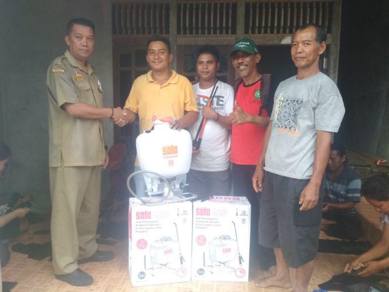 Sosialisasi  dan Penyerahan bantuan Polybag dan Handsprayer  secara simbolis  dikelompok tani  Sawit Baoh Dusun Nala Loba  Desa Embala Kecamatan Parindu Hulu.