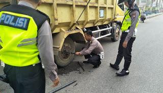 Personil Lalu Lintas Polres Sanggau Ini Bantu Sopir Perbaiki Kendaraannya