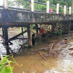 Bhabinkamtibmas Desa Lubuk Sabuk Bersama Warga Bersihkan Ruas Jalan dan Jembatan