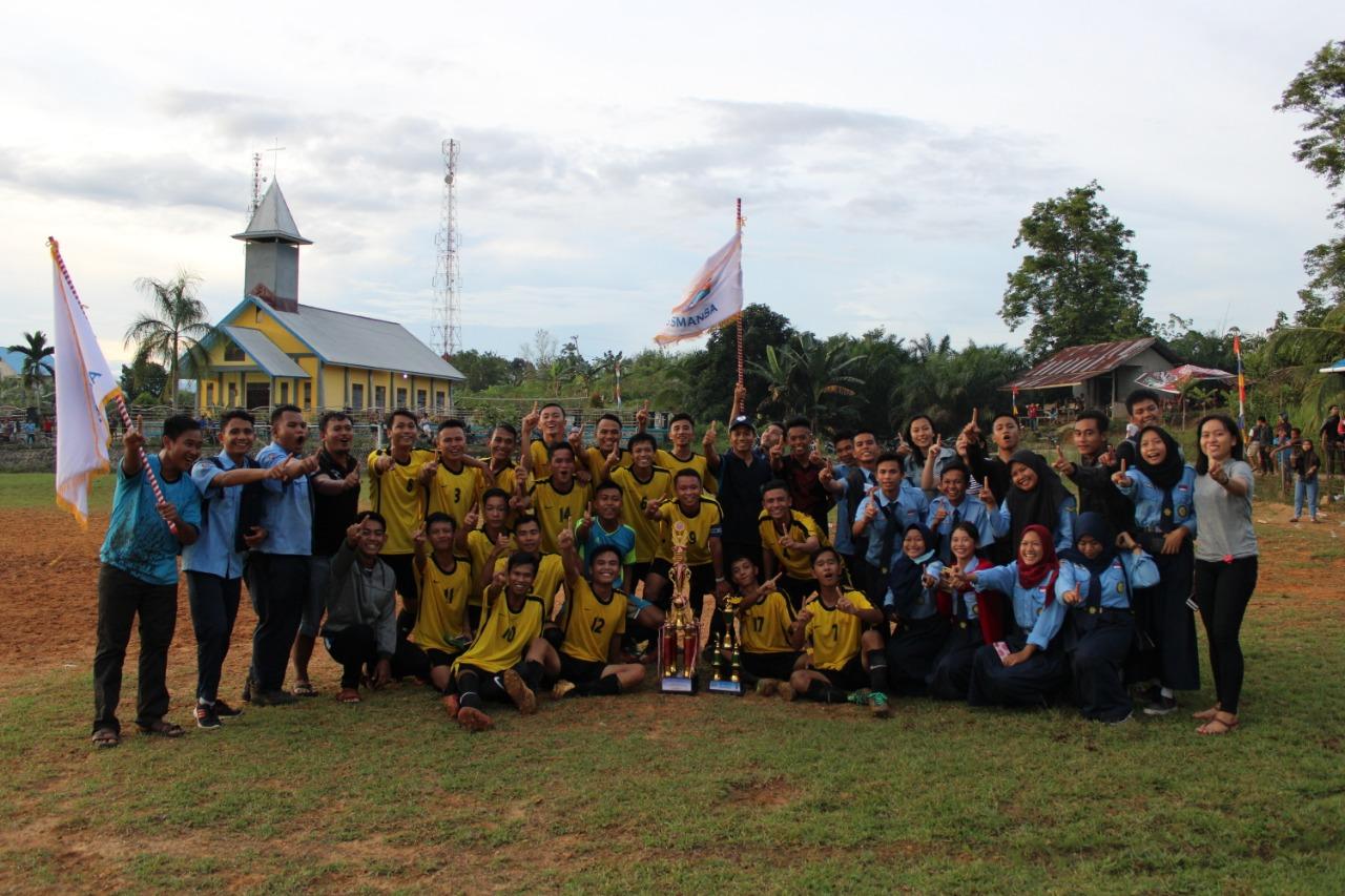 """SMANSA Sekayam Membawa Pulang Piala Bergilir """"Gawai Cup"""" Ke XXII Dusun Muara Ilai"""