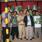 Bupati Sanggau Menyerahkan Sertifikat Hak Atas Tanah PTSL Kepada Masyarakat Desa Mandong