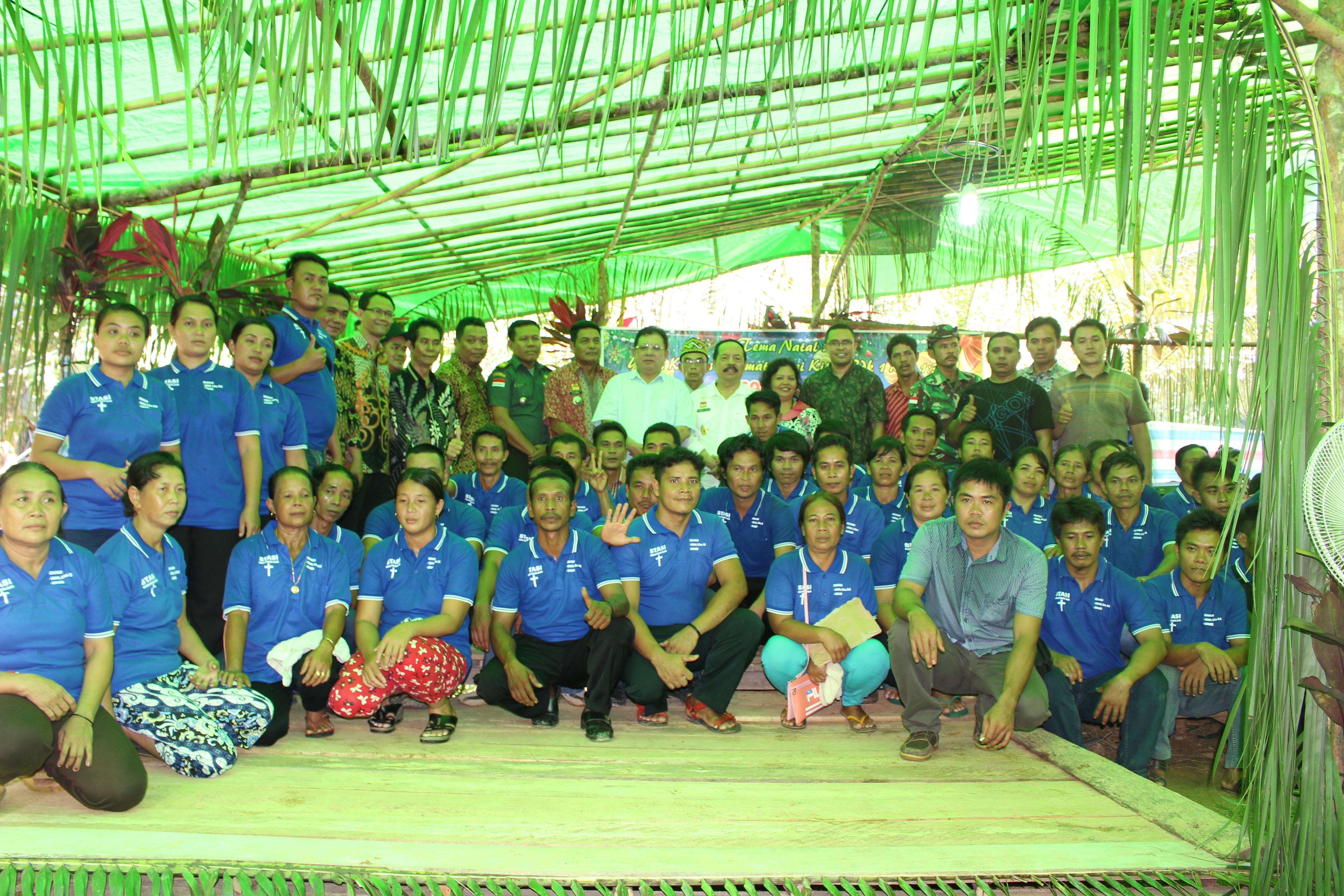 Pemkab Sanggau Memberikan Bansos Berupa Beras Sebanyak 2,5 Ton Untuk Masyarakat (Umat) Kristiani Desa Lalang
