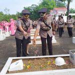 Kapolres Sanggau Beserta Waka Melaksanakan Tabur Bunga di Makam Pahlawan Patriot Bangsa