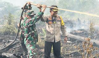 Kapolres Sanggau bersama Dandim 1204 Sanggau Bersinergi Padam Api
