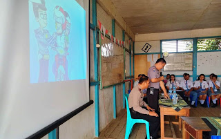 Kanitbinmas Polsek Tayan Hulu Berikan Penyuluhan Bahaya Narkoba dan Etika Berlalu Lintas di SMK Agape Sosok