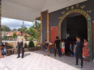 Pengamanan Gereja St. Fransiskus Asisi Sontas oleh Personil Polsek Entikong