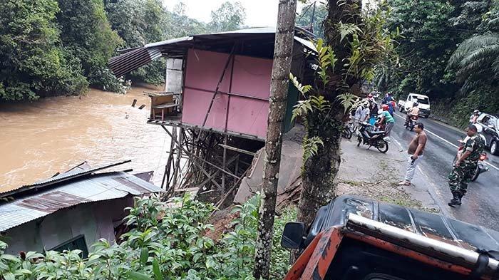 Bangunan Semi Permanen di Jalan Jenderal Sudirman Sanggau Ambruk