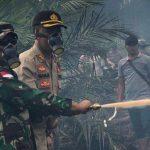 Kapolres Sanggau Bersama Dandim Sanggau Turun Langsung Padamkan Lahan Terbakar di Tayan Hilir