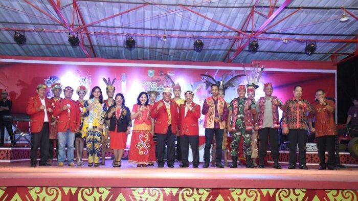 Gawai Resmi Ditutup, Bupati Berpesan Agar Masyarakat Adat Tetap Bersatu, Selalu Kompak dan Mempertahankan Martabat