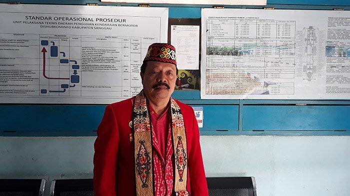 Ketua Adat Sanggau memakai Syal