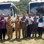 PT Antam UBPB Kalbar Serahkan Bantuan CSR Dua Unit Bus Sekolah Kepada Pemkab Sanggau