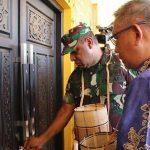Pangdam XII/Tpr Terima Kehormatan Buka Pintu Rumah Adat Ramin Bantang Bengkayang