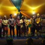 Wakil Bupati Sanggau Tutup Festival Mandi Bedel Keraja' Dan Perang Ketupat Pakunegara Tayan
