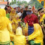 Bupati Sanggau Buka Festival Mandi Bedel Keraja dan Perang Ketupat Pakunegara Tayan
