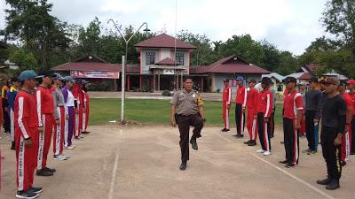 Brigadir Andry Latih Pasukan Paskibra Kecamatan Parindu
