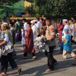 Kepedulian Kapolres Sanggau, Pungut Sampah Koran Usai Sholat Idul Adha