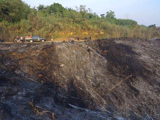 Kabag Ops Polres Sanggau Berjibaku Memadamkan Api