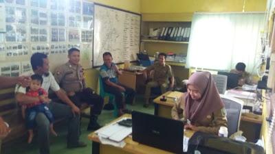 Bhabinkamtibmas Polsek Kembayan Sambangi Kantor Desa Tanjung Merpati