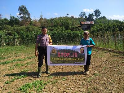 Stop Karhutla Bhabinkamtibmas Himbau Menggunakan Spanduk