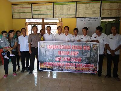 Bhabinkamtibmas Melaksanakan Kampanye Karhutla di Kantor Desa Mak Kawing