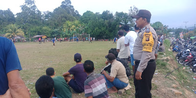 Brigadir Novi Iswandi Amankan Pertandingan Sepak Bola di Kecamatan Sekayam