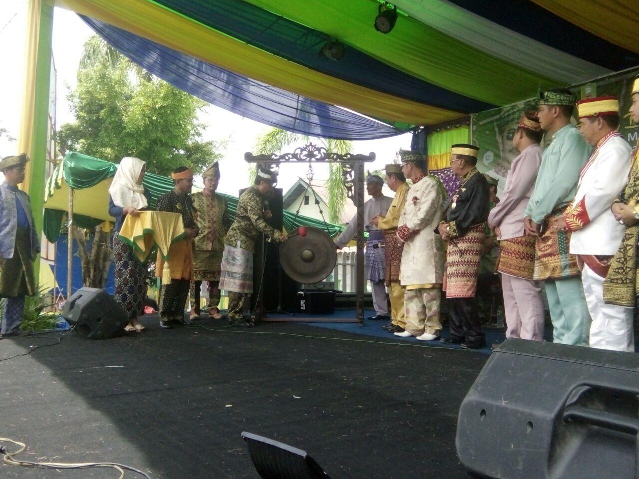 Sekda Buka Festival Budaya Paradje' IX Keraton Surya Negara.