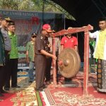 Pemukulan Gong Sebanyak Sembilan Kali Oleh Bupati Sanggau Sebagai Tanda Dimulainya Diklatsar VI Banser di Suka Mulya
