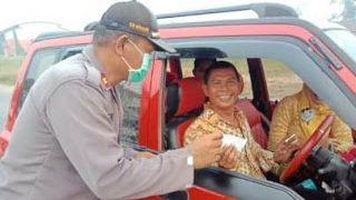 Peduli Dampak Karhutla, Kapolsek Kapuas bersama Bhayangkari Bagikan Masker Gratis