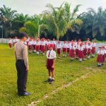 Bhabinkamtibmas Jadi Pembina Upacara di SDN 2 Mandong