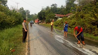 Bhabinkamtibmas Atur lalu Lintas Pembersihah Minyak CPO yang Tumpah di Jalan Raya