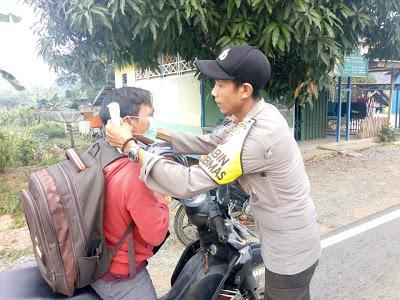 Bhabinkamtibmas Bagikan Masker Kepada Pengendara Motor