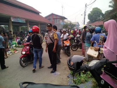Bhabinkamtibmas Atur Arus Lalulintas di Pasar Sentral