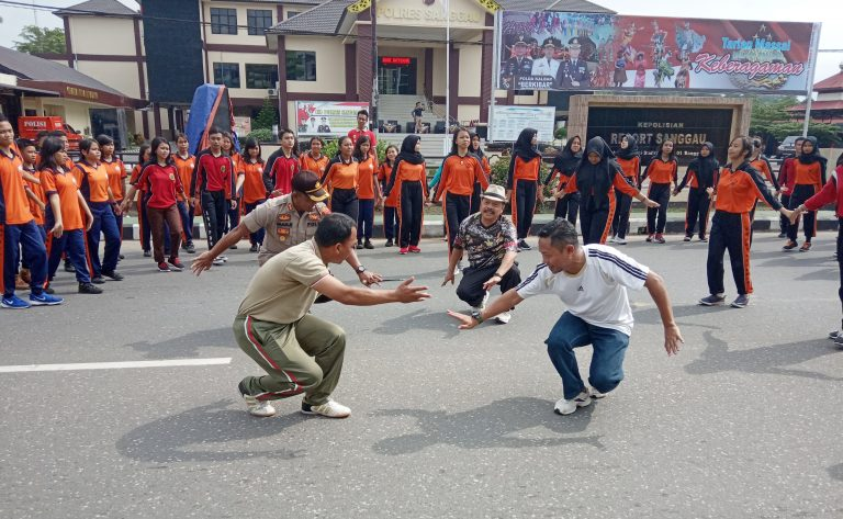 Wabup Yohanes Ontot Mengikuti Tarian Kreasi Massal di Halaman Mapolres Sanggau
