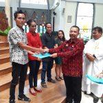 Penyerahan Akta Perkawinan oleh Kadis Dukcapil Sanggau