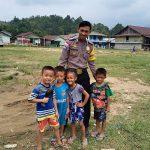 Polisi Sahabat Anak Bhabinkamtibmas Sambangi Anak-Anak yang ada di Desa Binaan