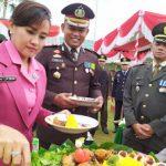 HUT TNI ke-74, Polisi dan TNI Kompak Suap-Suapan Makan Nasi Tumpeng