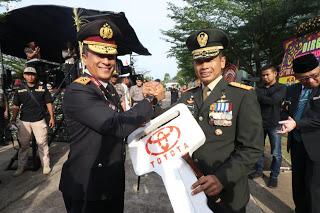 Beri Kejutan HUT TNI, Kapolda Kalbar Kirim Tumpeng dan Doorprise Kodam XII/Tanjungpura