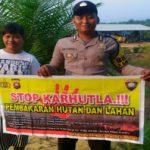 Brigadir Hemy Khoirul Anam Sosialisasikan Stop Karhutla Menggunakan Spanduk