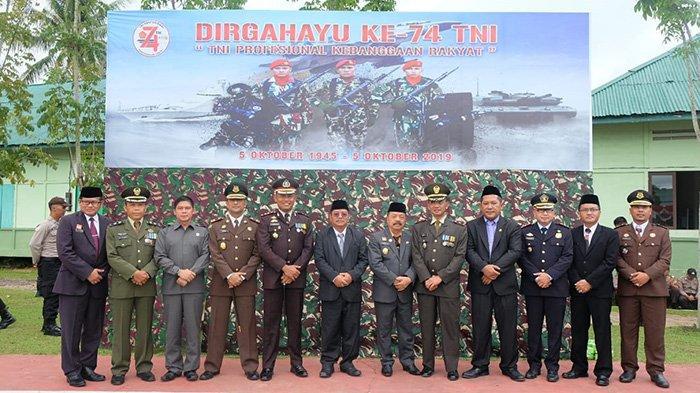 Bupati Rupinus Hadiri Upacara HUT ke-74 TNI di Makodim 1204/Sanggau