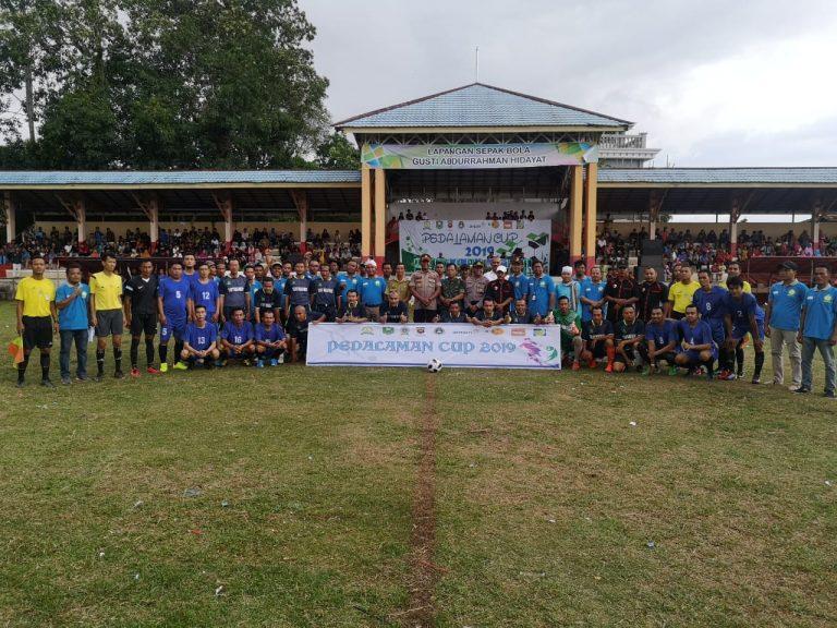 Buka Turnamen Pedalaman Cup, Kapolres Sanggau Menari Multi Etnis Bersama Masyarakat Tayan