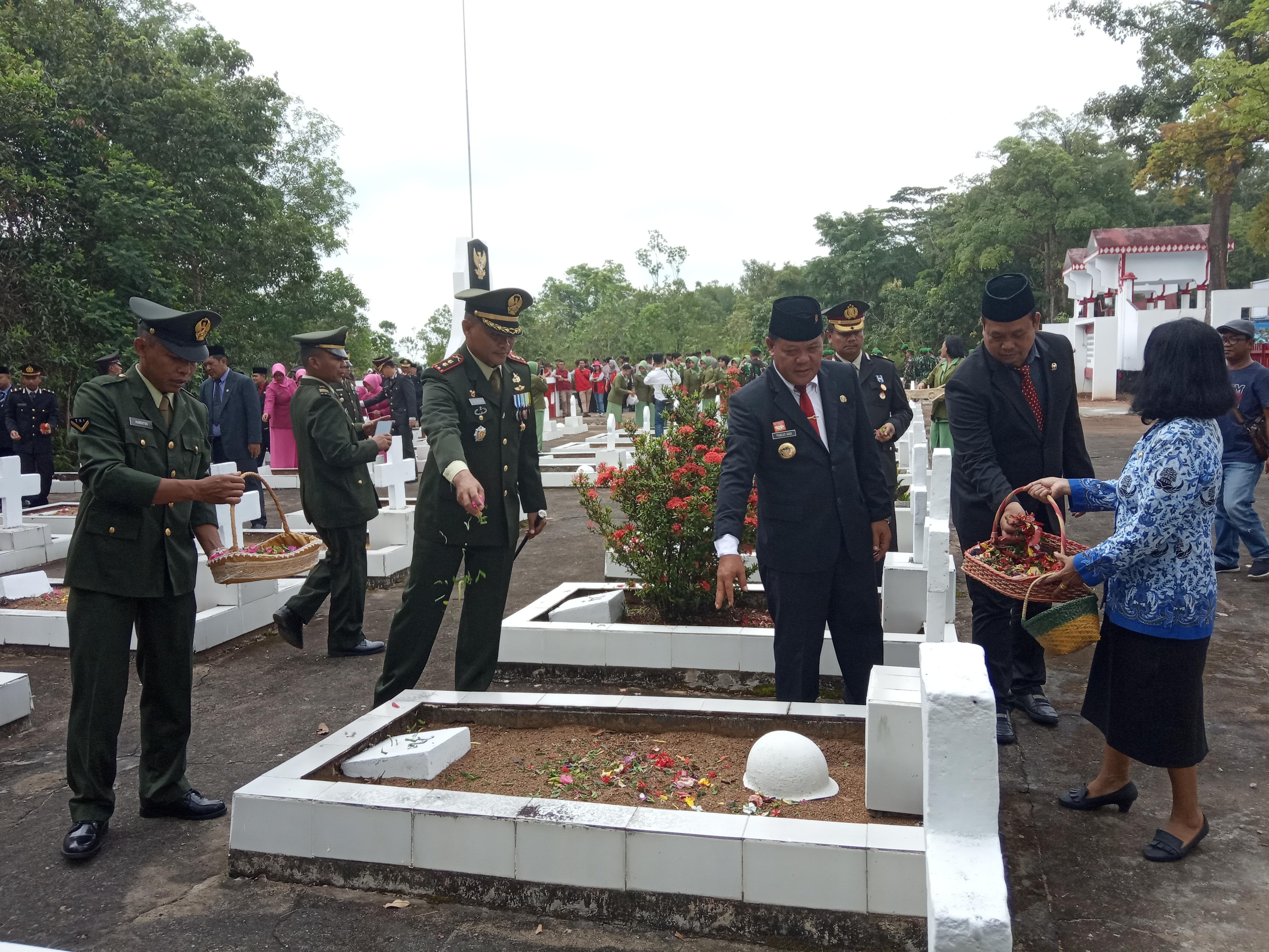 Usai Upacara Hari Pahlawan, Bupati Sanggau bersama Forkompimda Melaksanakan Ziarah ke TMP Patriot Bangsa Sanggau